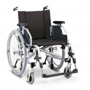 Aμαξίδιο αναπηρικό, πτυσσόμενο, με σκελετό αλουμινίου. Διατίθεται με βραχίονες ρυθμιζόμενους καθ' ύψος, αποσπώμενους (quick release) φουσκωτούς ή συμπαγείς τροχούς και ροδάκια μεταφοράς anti-tip προς αποφυγής ανατροπής.