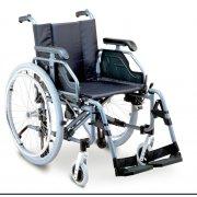 Αμαξίδιο αναπηρικό, πτυσσόμενο, με σκελετό αλουμινίου. Διατίθεται με βραχίονες ρυθμιζόμενους καθ' ύψος, αποσπώμενους (quick release) φουσκωτούς ή συμπαγείς τροχούς, φρένα deluxe και ροδάκια anti-tip προς αποφυγή ανατροπής.