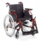 Deluxe Αμαξίδιο αναπηρικό, πτυσσόμενο, με σκελετό αλουμινίου. Διατίθεται με βραχίονες ρυθμιζόμενους καθ' ύψος, αποσπώμενους (quick release) συμπαγείς τροχούς PU, φρένα με μηχανισμό deluxe προς αποφυγή ανατροπής.