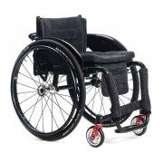 Αμαξίδιο αναπηρικό, πτυσσόμενο, με σκελετό αλουμινίου. Διατίθεται με αποσπώμενους (quick release) φουσκωτούς τροχούς, αποσπώμενους βραχίονες και ανυψούμενα υποπόδια. Φέρει δυνατότητα ρύθμισης της κλίσης της πλάτης του καθίσματος.