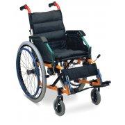 Αμαξίδιο αναπηρικό, πτυσσόμενο, με σκελετό αλουμινίου. Διατίθεται με ανυψούμενους βραχίονες γραφείου, αποσπώμενους (quick release ) φουσκωτούς τροχούς και φρένα με μηχανισμό de luxe προς αποφυγή ανατροπής.
